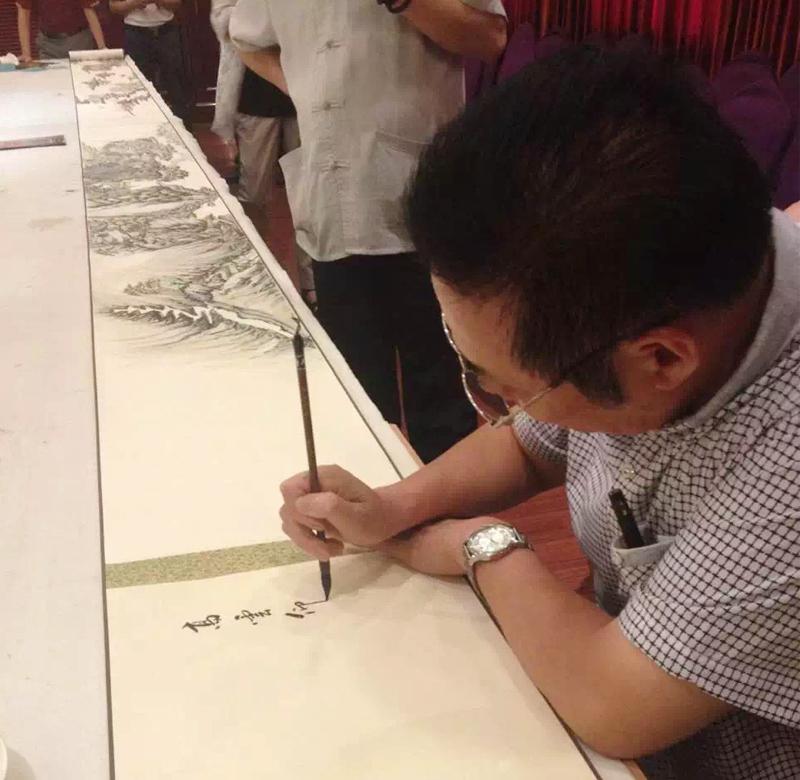 冯雪林为马伟老师的画卷现场写画头、画尾