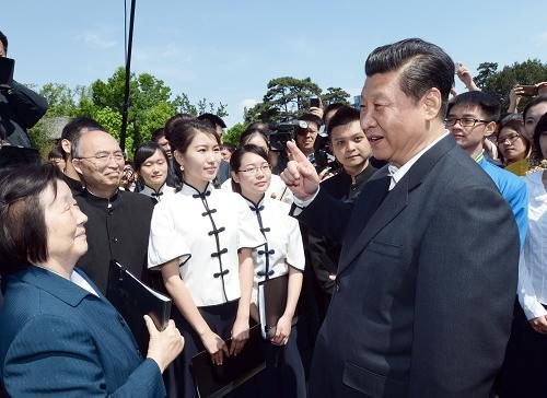 习近平在北京大学观看北大师生纪念五四运动95周年青春诗会时同朗诵者亲切交谈。