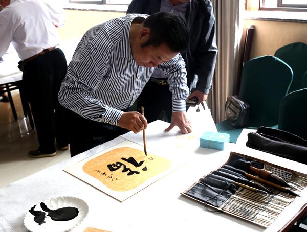 中国人民画院杭州分院副院长冯雪林现场书法创作