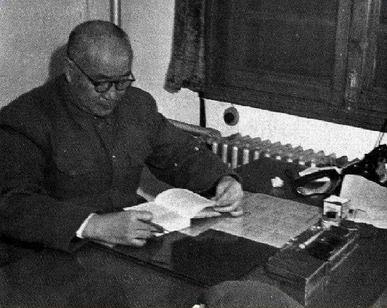 刘伯承元帅在中国人民解放军军事学院审阅教材