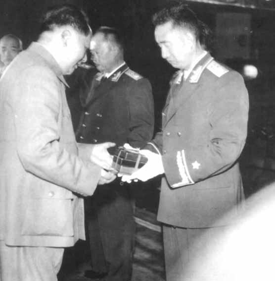毛主席在中南海怀仁堂给徐向前元帅授勋