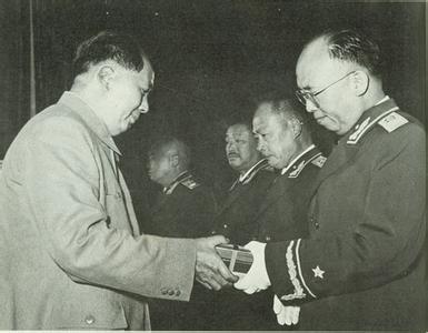 毛主席为罗荣桓授勋