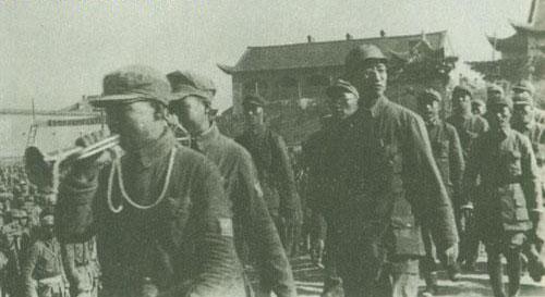王新亭陪同徐向前司令员检阅临汾旅