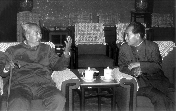 徐向前和老部下胡耀邦总书记交谈
