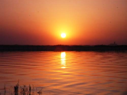 残阳新月江水