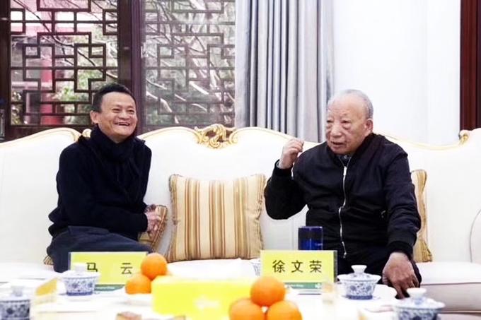 马云、徐文荣在横店四共委办公大楼交谈