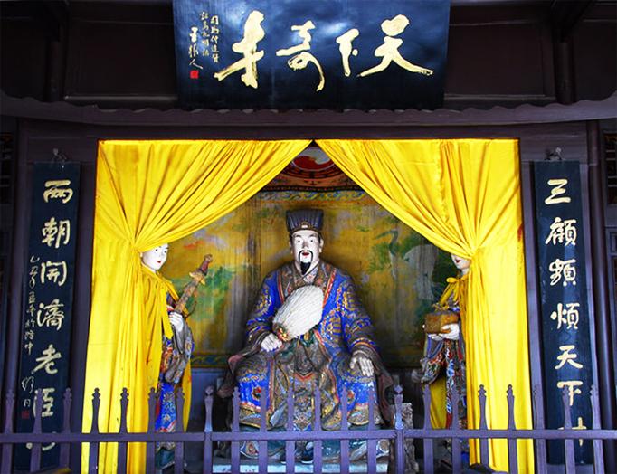 襄阳古隆中诸卧龙故居的诸葛亮塑像及天下奇才匾额