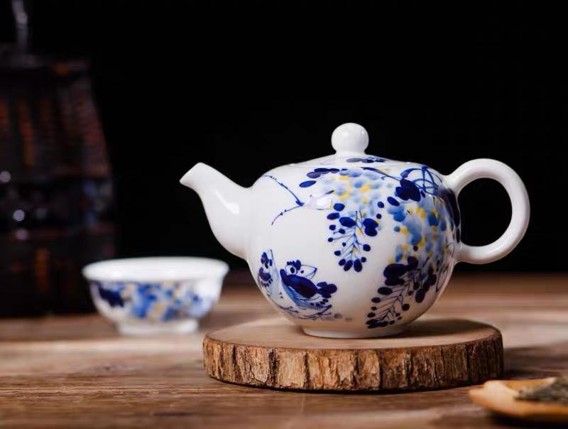 """景德镇产""""紫气东来""""茶壶"""