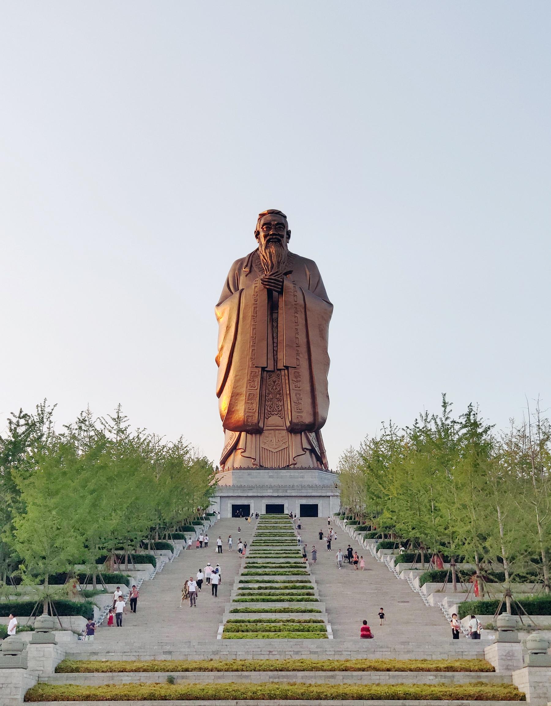 曲阜尼山圣境孔子像